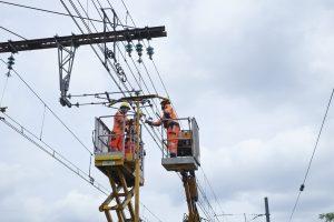 monteur de câbles électriques aériens