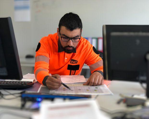 photo Au bureau, Marwane analyse l'état d'avancement du chantier.