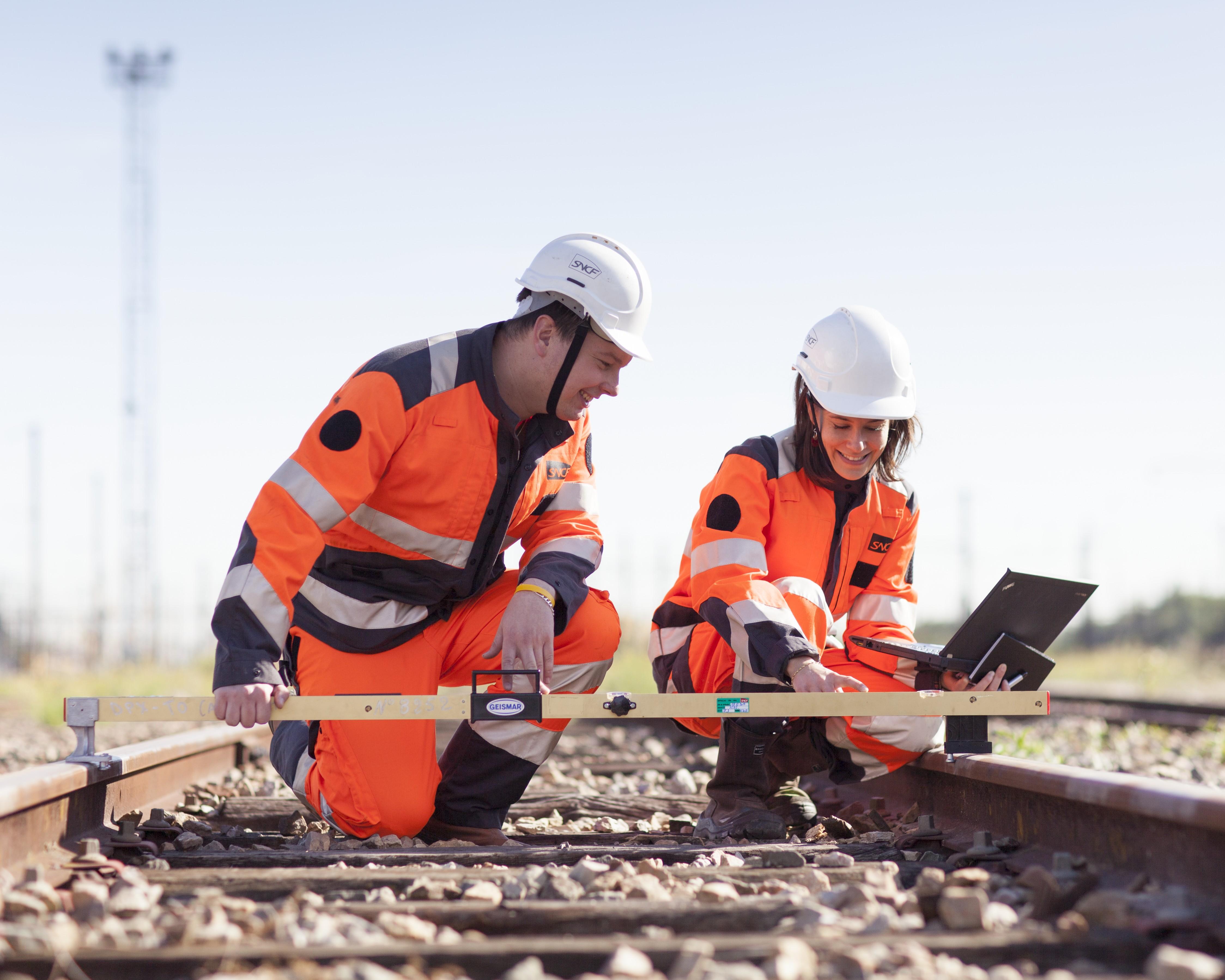 Rejoignez des équipes animées par l'excellence technique, qui assurent au quotidien la maintenance et les travaux sur les voies.